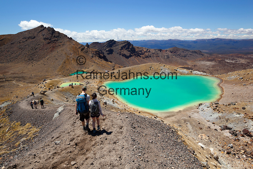 New Zealand, North Island, Ruapehu District, Tongariro National Park: Walkers and the Emerald Lakes on the Tongariro Alpine Crossing | Neuseeland, Nordinsel, Ruapehu District, im Tongariro National Park: Wanderter auf dem Tongariro Alpine Crossing vorbei an den Emerald Lakes