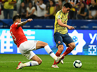 SAO PAULO – BRASIL, 28-06-2019: James Rodriguez de Colombia disputa el balón con Guillermo Maripan de Chile durante partido por cuartos de final de la Copa América Brasil 2019 entre Colombia y Chile jugado en el Arena Corinthians de Sao Paulo, Brasil. / James Rodriguez of Colombia vies for the ball with Guillermo Maripan of Chile during the Copa America Brazil 2019 quarter-finals match between Colombia and Chile played at Arena Corinthians in Sao Paulo, Brazil. Photos: VizzorImage / Julian Medina / Cont /