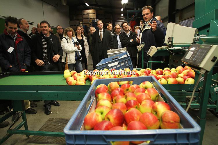 Foto: VidiPhoto..METEREN - Gemeenteraadsleden van Geldermalsen krijgen samen met bestuursleden van LTO een rondleiding op het fruitteeltbedrijf van de familie Velthoven in Meteren. Rechts op de fotoVan Velthoven jr..