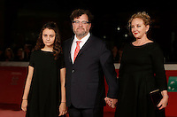 "Il regista statunitense Kenneth Lonergan posa sul red carpet  con la moglie J. Smith Cameron e la figlia Nellie per la presentazione del suo film ""Manchester by the sea"" al Festival Internazionale del Film di Roma, 14 ottobre 2016.<br /> U.S. director Kenneth Lonergan poses with his wife J. Smith Cameron and his daughter Nellie on the red carpet to present his movie ""Manchester by the sea"" during the international Rome Film Festival at Rome's Auditorium, 14 october 2016 .<br /> UPDATE IMAGES PRESS/Isabella Bonotto"
