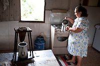 Carmo do Cajuru_MG, Brasil...Dona de casa fazendo cafe em Carmo do Cajuru, Minas Gerais...A housewife is doing cofee in Carmo do Cajuru, Minas Gerais...Foto: LEO DRUMOND / NITRO