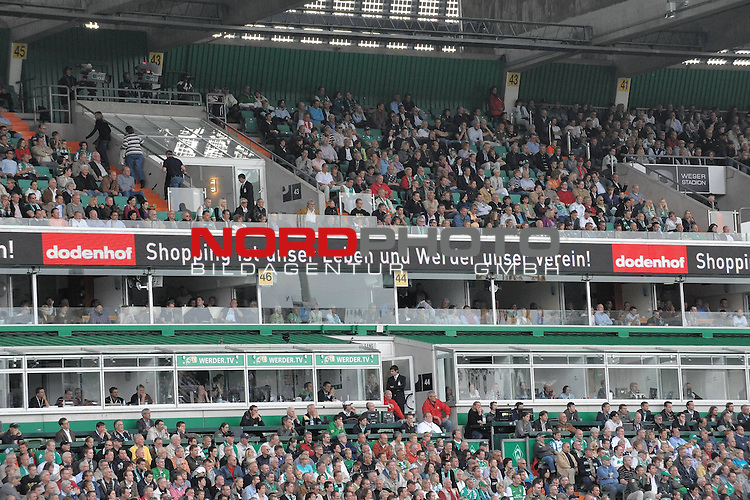FBL 09/10  07. Spieltag Hinrunde / Weser Stadion<br /> Werder Bremen - Mainz05 3:0<br /> <br /> Feature - Anzeigenwerbung - Laufband<br /> <br /> Suedkurve - Dodenhof<br /> <br /> Foto &copy; nph ( nordphoto )