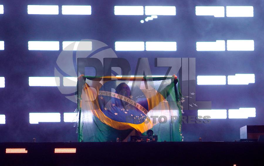 RIO DE JANEIRO, RJ, 01 DE JANEIRO 2012 - REVEILLON PRAIA DE COPACABANA - Publico durante apresentacao Dj David Gueta no show da Virada na praia de Copacabana no Rio de Janeiro. (FOTO: VANESSA CARVALHO - NEWS FREE).