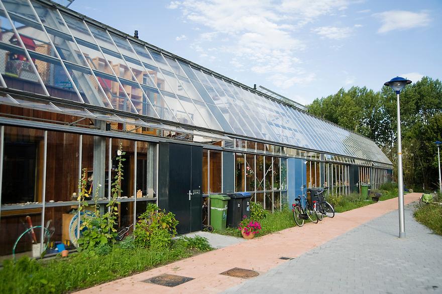 Nederland, Culemborg, 1 sept 2009.Duurzame woonwijk EVA Lanxmeer. Woonwijk met zeer energie-zuinige woningen.  Heel goede isolatie, zonnepanelen voor electriciteit en warm water, maar ook innovatieve huizen, bijvoorbeeld onder een kas..Foto (c) Michiel Wijnbergh