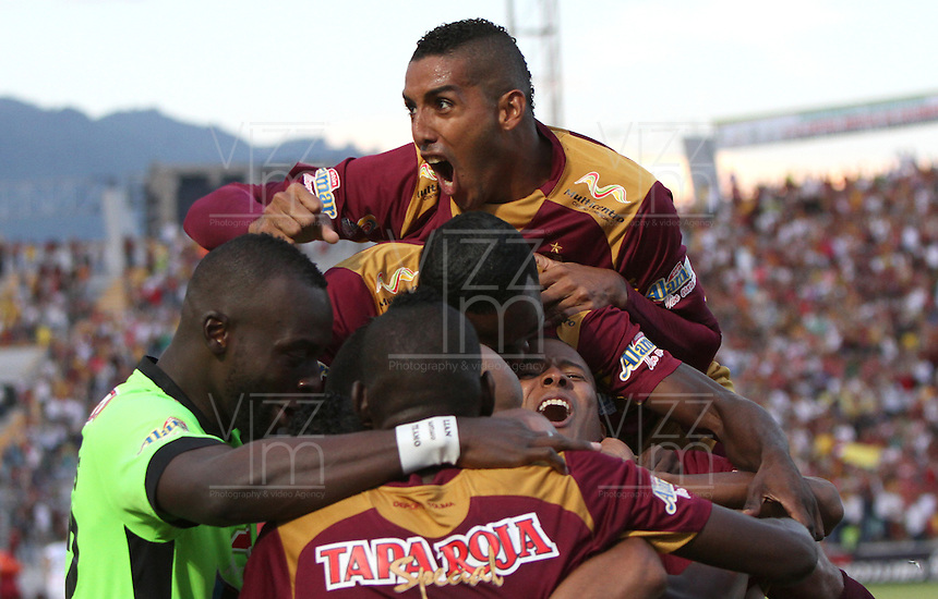 IBAGUÉ-COLOMBIA, 5-DICIEMBRE-2015. Jonathan Estrada jugador del Deportes Tolima celebra su gol contra el   Once Caldas durante el encuentro  por los cuartos de final vuelta  de la Liga Aguila II 2015 jugado en el estadio Manuel Murillo Toro  de la ciudad de Ibagué./ Jonathan Estrada player of Deportes Tolima  celebrates his goal   against  of Once Caldas  during  match between Deportes Tolima  vs Once Caldas the quarterfinals of the Liga Aguila  2015  played in the Manuel Murillo Toro stadium in Ibague. Photo: VizzorImage / Felipe Caicedo / Staff