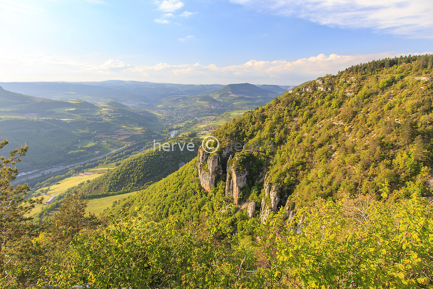 France, Aveyron (12), Millau, en montant sur le causse par la D110 et vue sur Aguessac au loin // France, Aveyron, Millau, riding on the plateau by D110