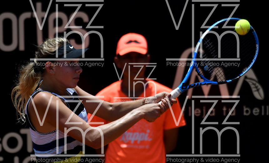 BOGOTÁ-COLOMBIA, 14-04-2019: Amanda Anisimova (USA), devuelve la bola a Astra Sharma (AUS), durante partido por la final del Claro Colsanitas WTA, que se realiza en el Carmel Club en la ciudad de Bogotá. / Amanda Anisimova (USA), returns the ball against Astra Sharma (AUS), during a match for the final of the WTA Claro Colsanitas, which takes place at Carmel Club in Bogota city. / Photo: VizzorImage / Luis Ramírez / Staff.