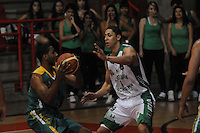 MEDELLÍN -COLOMBIA-11-11-2013. Marlon Cataño (Der.) jugador de Academia de la Montaña disputa el balón con Randall Hunter (Izq.) jugador de Cimarrones del Chocó por la fecha 3 de las semifinales de la Liga DirecTV de Baloncesto 2013-II de Colombia realizado en el coliseo de la Universidad de Medellín./ Marlon Cataño (R) player of Academia de la Montaña fights for the ball with Randall Hunter (L) player of Cimarrones del Choco during match for the 3th date of semifinals of the DirecTV Basketball League 2013-II in Colombia played at Universidad de Medellin coliseum.  Photo:VizzorImage/Luis Ríos/STR