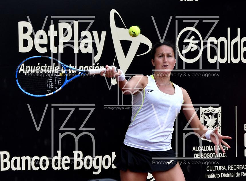 BOGOTÁ-COLOMBIA, 13-04-2019: Lara Arruabarrena (ESP), devuelve la bola a Astra Sharma (AUS), durante partido por la semifinal del Claro Colsanitas WTA, que se realiza en el Carmel Club en la ciudad de Bogotá. / Lara Arruabarrena (SPA), returns the ball against Astra Sharma (AUS), during a match for the semifinal of the WTA Claro Colsanitas, which takes place at Carmel Club in Bogota city. / Photo: VizzorImage / Luis Ramírez / Staff.