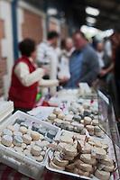 Europe/France/Poitou-Charentes/79/Deux-Sèvres/Niort: Fromages de Chêvre sur un étal du marché
