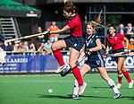 AMSTELVEEN  - Maxime Kerstholt (Lar) met Cecile Knuvers (Pin)  , hoofdklasse hockeywedstrijd dames Pinole-Laren (1-3). COPYRIGHT  KOEN SUYK