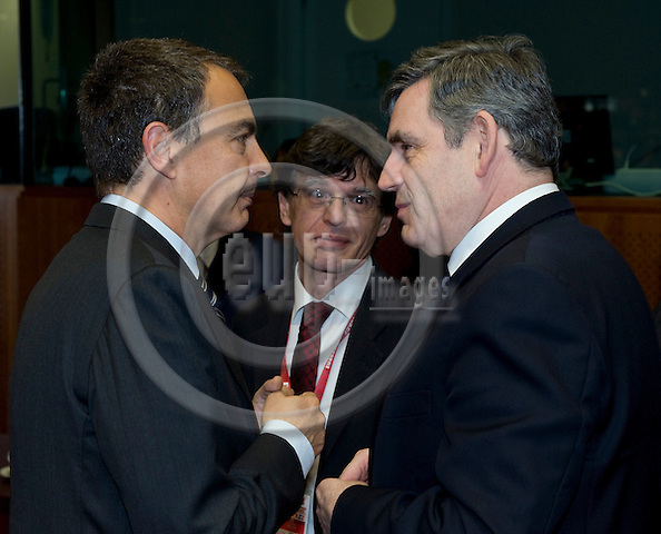 Brussels-Belgium - 19 March 2009 -- European Council, EU-spring-summit under Czech Presidency; here, José Luis Rodríguez ZAPATERO (le)(Jose, Rodriguez), Prime Minister of Spain, with Gordon BROWN (ri), Prime Minister of the United Kingdom; Carlos AMELLER (ce), interpreter, assisting -- Photo: Horst Wagner/eup-images