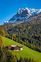 Italien, Suedtirol (Trentino - Alto Adige), Dolomiten: Bauernhof an der Wuerzjoch-Passstrasse oberhalb des Villnoesstals, im Hintergrund die Peitlerkofelgruppe | Italy, South Tyrol (Trentino - Alto Adige), farmhouse at Wuerzjoch-Pass Road above Villnoess Valley: at background Peitlerkofel Group (Sass de Putia) mountains