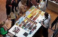 Nederland Amsterdam - 2019. Chocoa Festival in de Beurs van Berlage. Tijdens het Chocoa Festival leer je onder andere over het proces van cacaoboon naar chocoladereep en proef je de enorme verscheidenheid aan smaken van goede cacao en betere chocolade. Patisserie Linnick. Foto mag niet in negatieve context gepubliceerd worden. Foto Berlinda van Dam / Hollandse Hoogte