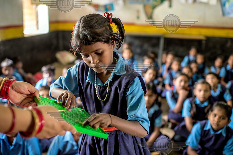 Primary school children learn maths with a kit developed by the SAMPARK foundation.