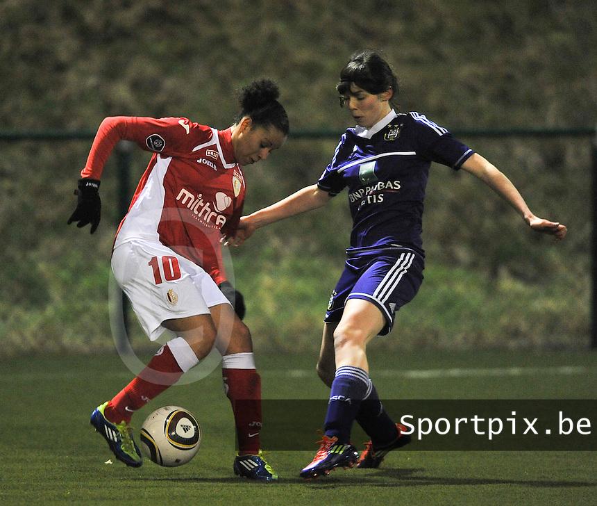 RSC Anderlecht - Standard Femina : Cindy Thomas aan de bal voor Julie Van Gysel.foto DAVID CATRY / Vrouwenteam.be