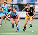 DEN BOSCH - Lidewij Welten (Den Bosch)  met Celine Wilde (l) tijdens  de finale van de EuroHockey Club Cup, Den Bosch-UHC Hamburg (2-1).  .COPYRIGHT KOEN SUYK