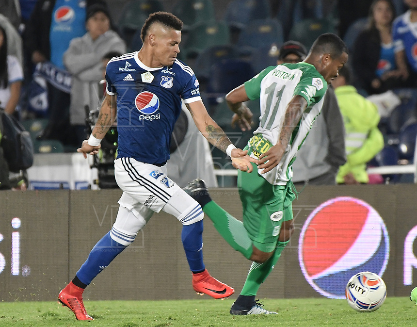 BOGOTA - COLOMBIA, 18-02-2018: Ayron del Valle (Izq) jugador de Millonarios disputa el balón con Andres Renteria (Der) jugador de Atlético Nacional durante partido por la fecha 4 de la Liga Águila I 2018 jugado en el estadio Nemesio Camacho El Campin de la ciudad de Bogotá. / Ayron del Valle (L) player of Millonarios fights for the ball with Andres Renteria (R) player of Atletico Nacional during the match for the date 4 of the Liga Aguila I 2018 played at the Nemesio Camacho El Campin Stadium in Bogota city. Photo: VizzorImage / Gabriel Aponte / Staff.
