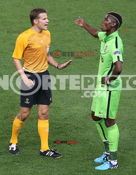 Juventus' Paul Pogba (r) have words with the referee Felix Brych during Champions League 2014/2015 match.October 1,2014. (ALTERPHOTOS/Acero)