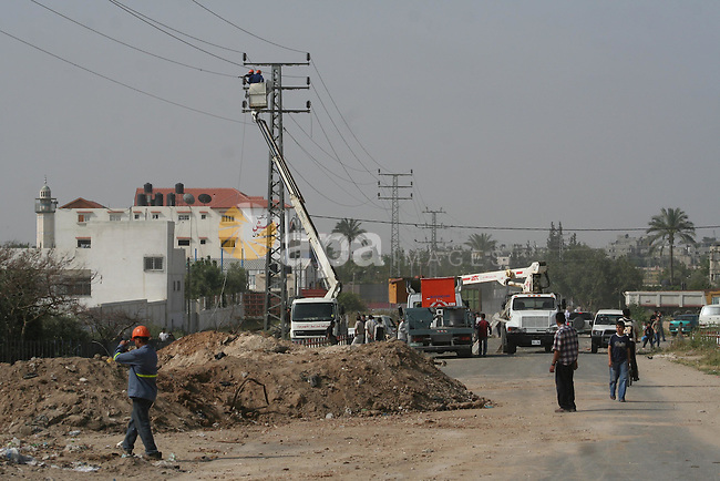 Palestinian workers repair the damaged power lines by the Israeli incursion, in Gaza City. Four Hamas activists were killed during an Israeli army incursion into a neighbourhood to the east of Gaza City early today, Palestinian medical sources said.