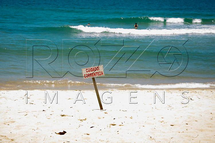"""Placa com a informação de """"Cuidado! Correnteza"""" na Praia do Sono, Paraty - RJ, 01/2016."""