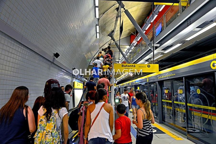 Pessoas na escada em estaçao do metro. Sao Paulo. 2015. Foto de Juca Martins.