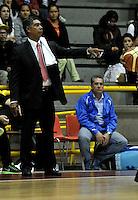 BOGOTA - COLOMBIA - 26-04-2013: Jose Tapias entrenador de Piratas de Bogota da instrucciones a los jugadores durante partido en el Coliseo El Salitre en Bogotá, abril 26 de 2013. Piratas y Academia de la Montaña en partido de la quinta fecha de la fase II de la Liga Directv Profesional de baloncesto en partido jugado en el Coliseo El Salitre. (Foto: VizzorImage / Luis Ramírez / Staff). Jose Tapias coach of Piratas from Bogota gives instructions to the players during a match in the Salitre Coliseum in Bogota, April 26, 2013. Piratas and Academia de la Montaña in the fifth match of the phase II of the Directv Professional League basketball, game at the Coliseum El Salitre. (Photo: VizzorImage / Luis Ramirez / Staff).