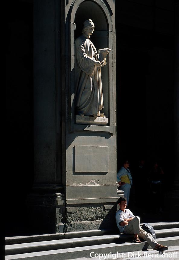 Uffizien, Statue von Leon Rati Alberti, Tourist, Florenz, Toskana, Italien, Unesco-Weltkulturerbe.