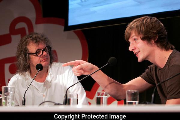 20110928 - Utrecht - Foto: Ramon Mangold - NFF 2011 - Nederlands Filmfestival - .Talkshow met Claudia de Breij. Bastiaan Schravendeel (R) - maker van de animatie 'BLIK' - ontving de publieksprijs uit handen van Gerben Schermer (L).