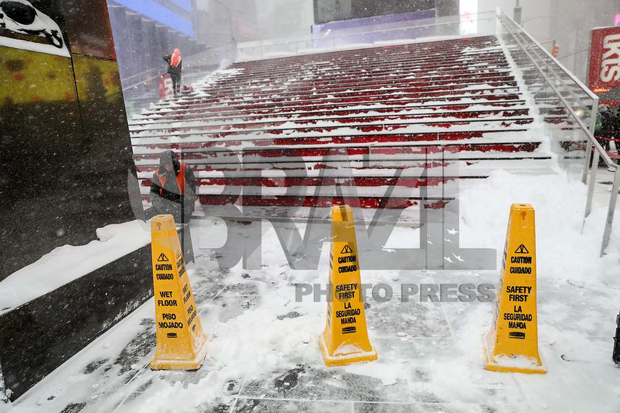 NOVA YORK, EUA, 04.01.2018 - NEVASCA-EUA - Região da Times Square em dia que forte nevasca atinge a Ilha de Manhattan em New York nos Estados Unidos nesta quinta-feira, 04. (Foto: William Volcov/Brazil Photo Press)