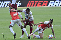 BOGOTÁ - COLOMBIA, 03-11-2018: Victor Giraldo (Izq) y Juan Daniel Roa (Der.) jugador de Santa Fe disputa el balón con Sergio Mosquera (C) jugador del Tolima durante el encuentro entre Independiente Santa Fe y Deportes Tolima por la fecha 18 de la Liga Águila II 2018 jugado en el estadio Nemesio Camacho El Campin de la ciudad de Bogotá. / Victor Giraldo (L) and Juan Daniel Roa (R) player of Santa Fe struggles for the ball with Sergio Mosquera (C) player of Tolima during match between Independiente Santa Fe and Deportes Tolima for the date 18 of the Aguila League II 2018 played at the Nemesio Camacho El Campin Stadium in Bogota city. Photo: VizzorImage / Gabriel Aponte / Staff