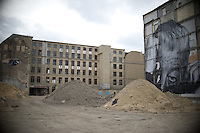 **Hinweis: Dieses Bild ist Teil der Fotostrecke Streetart JR**<br /> Berlin, Bilder des franz&ouml;sischen K&uuml;nstlers JR am Montag (13.05.13) in Berlin. Der Streetartist JR brachte f&uuml;r sein Projekt &quot;The Wrinkles Of The City&quot;  Schwarz/Wei&szlig;-Portraits von Berliner Senioren an verschiedene H&auml;userw&auml;nde in Berlin an. Die dazugeh&ouml;rige Ausstellung in der Galerie Henrik Springmann findet bis zum 25.05.2013 statt.<br /> Foto: Steffi Loos/CommonLens