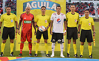 TUNJA - COLOMBIA, 22-07-2018: Omar Perez capitán de Patriotas, Oscar Javier Gomez, árbitro, y Alejandro Bernal, capitan del América posan para una foto previo al encuentro entre Patriotas Boyacá y América de Cali por la fecha 4 de la Liga Águila II 2018 realizado en el estadio La Independencia de Tunja. / Omar Perez captain of Patriotas, Oscar Javier Gomez, referee, and Alejandro Bernal, captain of America pose to a photo prior the match between Patriotas Boyaca and America de Cali for the date 4 of Aguila League II 2018 played at La Independencia stadium in Tunja. Photo: VizzorImage / Jose Palencia / Cont