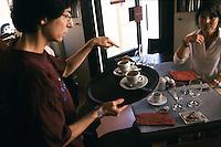 Parigi, Caf&eacute; Signes un locale caff&eacute;-ristorante principalmente dedicato ai sordomuti, dove i camerieri e i cuochi comunicano anche con il linguaggio dei segni.<br /> Parigi, Caf&eacute; Signes un locale caff&eacute;-ristorante principalmente dedicato ai sordomuti, dove i camerieri e i cuochi comunicano anche con il linguaggio dei segni