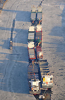 Reede: EUROPA, DEUTSCHLAND, HAMBURG, (EUROPE, GERMANY), 08.01.2008: Europa, Deutschland, Hamburg, Schiffe liegen in der Norderelbe auf Reede, Pause, keine Arbeit, Berufsschiffahrt, Berufsschiffahrt , Berufsschifffahrt, Fracht, Frachter, Frachtgut, Frachtschiff, Frachtschiffe, grosse Mengen, Gueter, Gueterverkehr, Handel, Import, keine  Ladung, Massen, Massengutfrachter, Schiff, Schiffahrt, Schifffahrt,  Schiffssportraits, Seehandel, Transport, Transporter, verfrachten, Verkehrsmittel, Ware, Warenstrom, Welthandel, Luftbild, Luftaufnahme, Norderelbe, Fluss, Fluesse .c o p y r i g h t : A U F W I N D - L U F T B I L D E R . de.G e r t r u d - B a e u m e r - S t i e g 1 0 2, .2 1 0 3 5 H a m b u r g , G e r m a n y.P h o n e + 4 9 (0) 1 7 1 - 6 8 6 6 0 6 9 .E m a i l H w e i 1 @ a o l . c o m.w w w . a u f w i n d - l u f t b i l d e r . d e.K o n t o : P o s t b a n k H a m b u r g .B l z : 2 0 0 1 0 0 2 0 .K o n t o : 5 8 3 6 5 7 2 0 9.