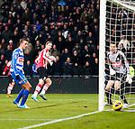 Nederland, Eindhoven, 18 januari 2013.Eredivisie.Seizoen 2012-2013.PSV-PEC Zwolle.Tim Matavz van PSV scoort de 1-1. Joey van den Berg (l.) en Diederik Boer (l.), keeper (doelman) van PEC Zwolle zien de bal verdwijnen in het doel.