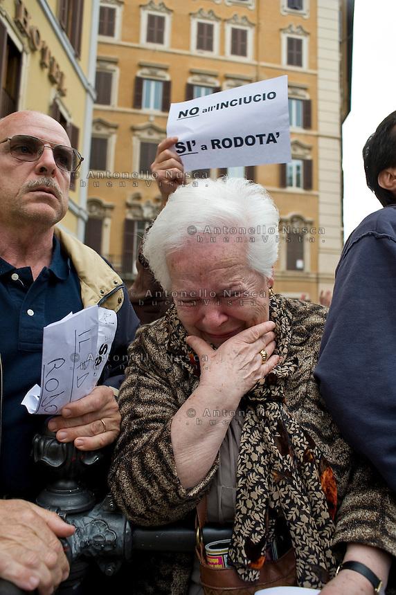 La disperazione di una anziana signora alla notizia della ri-elezione di Giorgio Napolitano. Centinaia di persone si sono radunate in Piazza di Montecitorio per protestare contro l'elezione a Presidente della Repubblica di Franco Marini e Giorgio Napolitano.