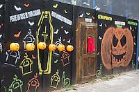 SAO PAULO, SP, 31.10.2013. HALLOWEEN EM SP.  Muro decorado e pintado com o tema de Halloween na região de Pinheiros, zona oeste da capital paulista. Dentro dos baldes em formato de abóbora existem balas e doces para que as pessoas que passam. (Foto: Adriana Spaca/Brazil Photo Press)