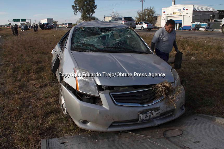 San Juan del Río, Qro.- San Juan del Río, Qro. 20 diciembre 2014.- Elementos de la PGJ adscritos a la Policía Investigadora del Delito (PID), volcaron su auto patrulla cuando circulaban en completo estado de ebriedad sobre el kilómetro 164 de la autopista México-Querétaro.La volcadura se dio justo antes de llegar a la comunidad de Loma Linda quedando en el camellón central el auto patrulla de la marca Nissan modelo Sentra color gris con placas de circulación ULW 67 88 para el estado de Querétaro y a nombre de la Procuraduría General de Justicia del Estado de Querétaro.Resultó lesionado un elemento que se identificó como Juan Hernández Pérez de 38 años de edad, siendo trasladado al hospital Coscami de esta ciudad.Debido a que los elementos de la PGJ se encontraban en activo y portaban sus armas de cargo, la Policía Federal montó un operativo para resguardar la zona mientras los heridos eran atendidos por paramédicos de la Cruz Roja y Bomberos Voluntarios de San Juan del Río.