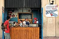 HAB05. LA HABANA (CUBA), 20/04/2011.- Un hombre compra un helado en una cafetería estatal hoy, miércoles 20 de abril de 2011, en La Habana (Cuba), un día después de la clausura del VI Congreso del Partido Comunista de Cuba (PCC). EFE/Alejandro Ernesto.