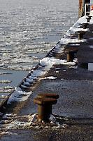 Deutschland, Hamburg, Blankenese, Fähranleger im Winter, Ponton op 'n Bulln