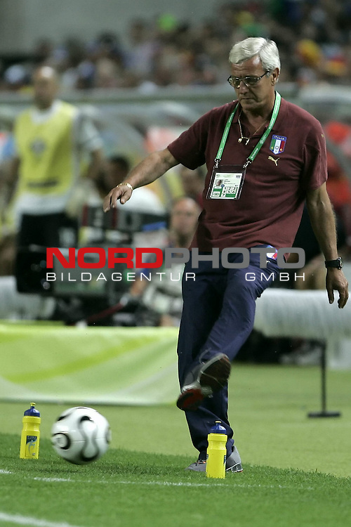 FIFA WM 2006 -  Gruppe E Vorrunde ( Group E )<br /> Play   #25 (17-Jun) - Italien - USA 1:1<br /> <br /> Trainer Coach LIPII schiesst den Ball zur&cedil;ck<br /> <br /> <br /> Foto &copy; nordphoto