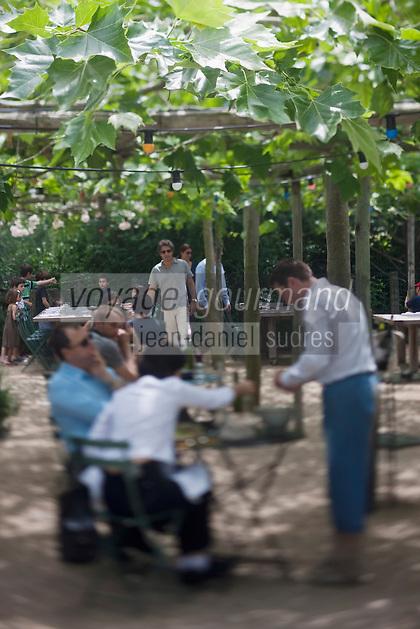 Europe/France/Provence-Alpes-Côte d'Azur/13/Bouches-du-Rhône/Env d'Arles/Le Sambuc: Service au  Restaurant Bio: La Chassagnette