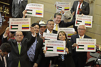 BOGOTA -COLOMBIA. 20-07-2014. Un grupo de congresistas levantan un cartel pidiendo el fin del conflicto en el medio oriente durante la Instalación del Congreso de la República de Colombia por parte del presidente, Juan Manuel Santos./ A group of congressman lifted a poster asking for the end of the conflict in middle east during the installation of the Congress of the Republic of Colombia by the president, Juan Manuel Santos. Photo: VizzorImage/ Gabriel Aponte / Staff