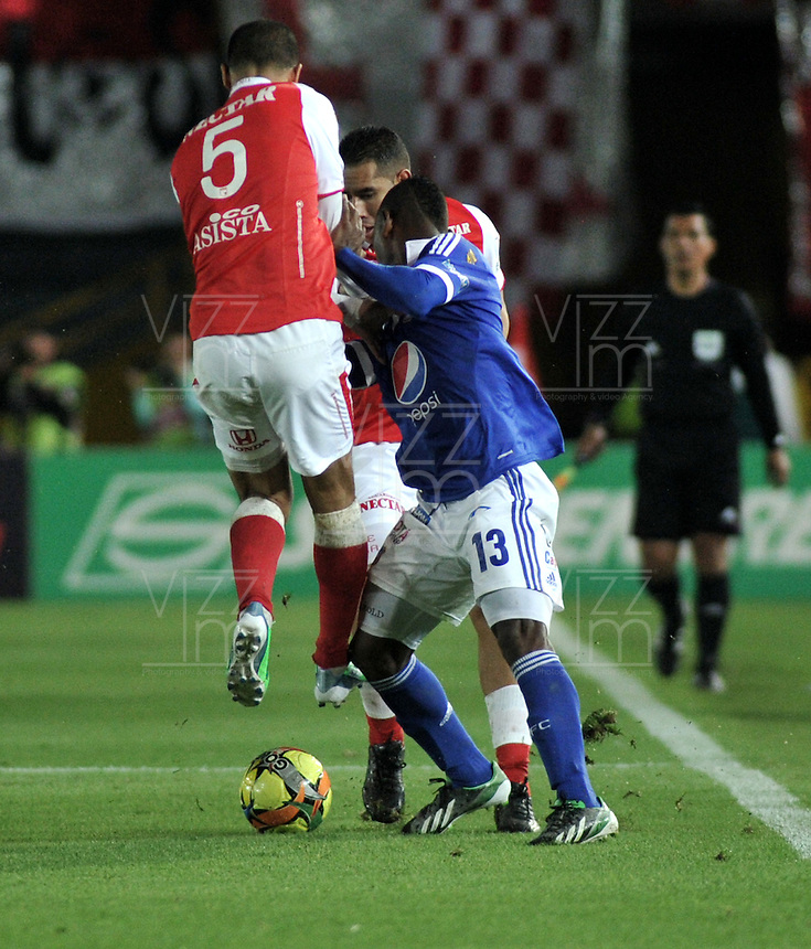 BOGOTA -COLOMBIA-06-04-2013: Yulian Anchico (Izq.) y John Valencia (Cent.) jugadores del Independiente Santa Fe, disputa el balón con jarold Martínez (Der.) de Millonarios durante partido en el estadio El Campín de la ciudad de Bogotá, abril 06 de 2013. Independiente Santa Fe perdió tres goles a uno con Millonarios en partido por la novena fecha de la Liga Postobon I. (Foto: VizzorImage / Luis Ramírez / Staff). Yulian Anchico (L) and John Valencia (C) players of Independiente Santa Fe fight for the ball with Jarold Martinez (L) of Millonarios, during a match at El Campin stadium in Bogota, April 06, 2013. Independiente Santa Fe lost three goals to one with Millonarios in a match for the ninth date of the League Postobon I. (Photo: VizzorImage / Lus Ramírez / Staff).