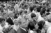 UNGARN, 14.07.1989.Budapest - VIII. Bezirk.Staatsbegraebnis von Janos Kadar (korrekt: J?nos K?d?r), Generalsekretaer der Kommunistischen Partei MSZMP auf dem Kerepesi Nationalfriedhof. Gedr?nge und Chaos am frischen Grab, nicht weit vom Kommunistischen Pantheon. .State funeral of Communist Party (MSZMP) General Secretary Janos Kadar who died on July 6. Crowding and chaos at the grave not far from the Kerepesi national cemetery's communist pantheon..© Martin Fejer/EST&OST