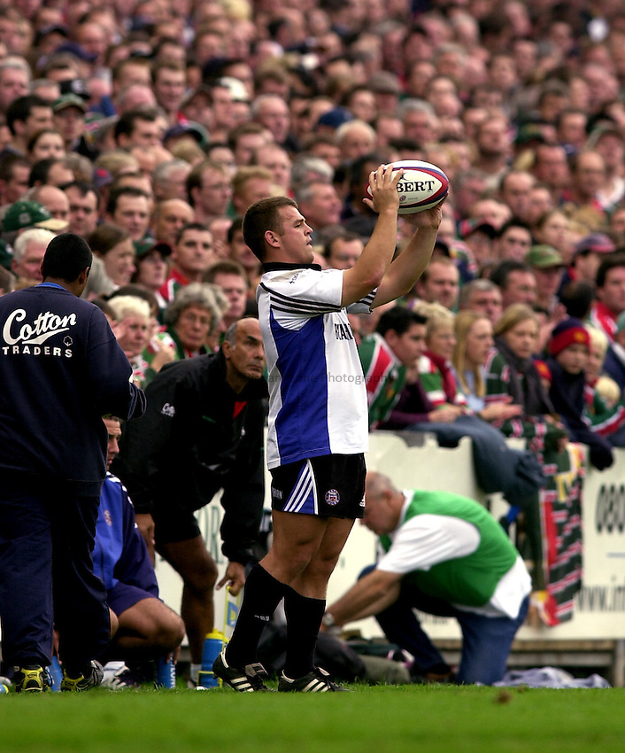 Photo. Richard Lane. .Leicester Tigers v Bath Rugby. Zurich Premiership. 05/10/2002.Lee Mears throws in.