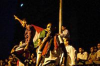 EGITTO, IL CAIRO 9/10 settembre 2011: assalto all'ambasciata israeliana. Migliaia di manifestanti egiziani, ancora infuriati per l'uccisione di cinque guardie di frontiera egiziane da parte dell'esercito israeliano, hanno fatto irruzione nella sede diplomatica israeliana e sono stati poi sgomberati da esercito e polizia egiziana. Nell'immagine: alcuni manifestanti con le bandiere di sera.<br /> Egypt attack to the Israeli embassy  Attaque &agrave; l'ambassade israelienne Caire