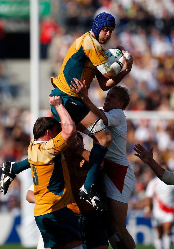 Photo: Richard Lane/Richard Lane Photography..Australia v England. Quarter Final, IRB Rugby World Cup, RWC 2007. 06/10/2007. .Australia's Nathan Sharpe wins a restart.