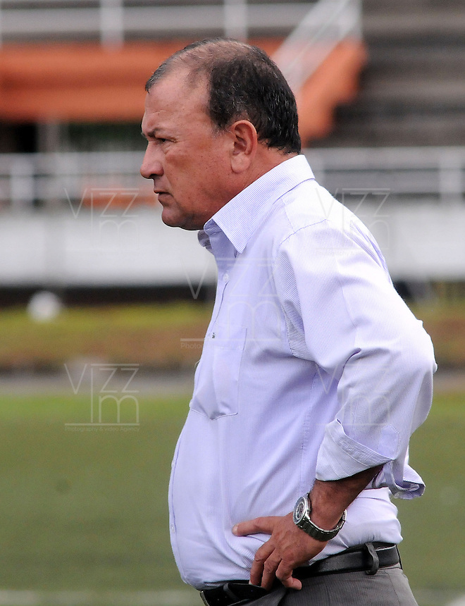 MEDELLÍN -COLOMBIA-17-05-2014. José Suárez técnico de Jaguares FC durante partido de ida con Deportivo Rionegro por cuartos de final del Torneo Postobón I 2014 jugado en el estadioTulio Ospina de la ciudad de Bello./ Jose Suarez coach of Jaguares FC during the first leg match with Deportivo Rionegro for the quarterfinals of the Postobon Tournament I 2014 played at Tulio Ospina stadium in Bello city. Photo: VizzorImage/Luis Ríos/STR